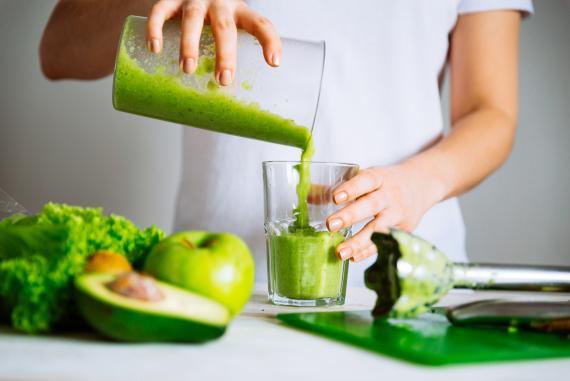 Con la dietas detox prepárate a beber muchos zumos verdes.