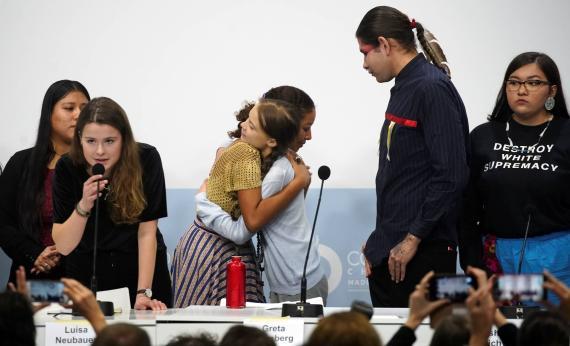 Greta Thunberg con compañeros activistas en la COP25