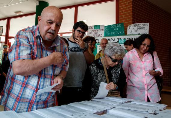 Un grupo de ciudadanos vota en las elecciones generales de 2015
