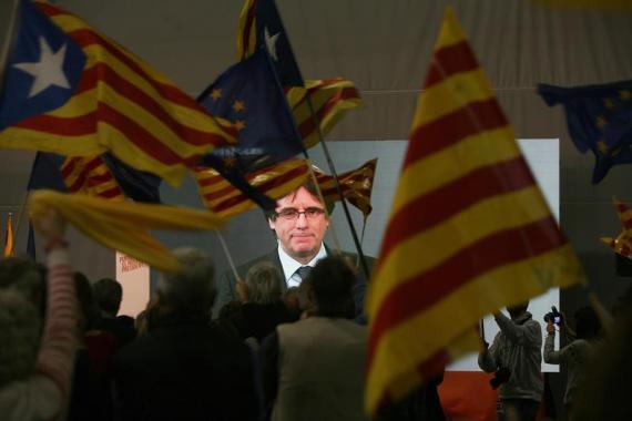 El expresidente de Cataluña Carles Puigdemont interviene en videoconferencia en el mitin de Junts per Catalunya en Tarragona.