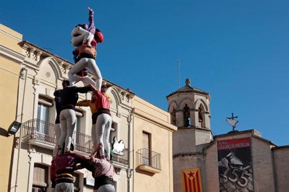 Homenaje de colles castelleres a los presos soberanistas en Vilafranca del Penedés, este domingo.
