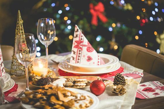 Una mesa vestida de Navidad.