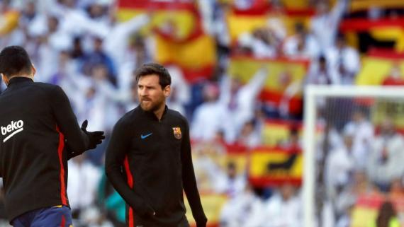 Numerosas banderas de España recibieron en el Santiago Bernabéu a los jugadores del Barcelona