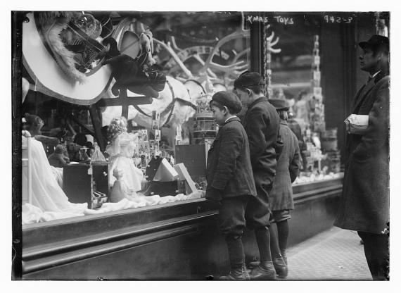 Compras vintage-Dos niños miran varios juguetes del escaparate