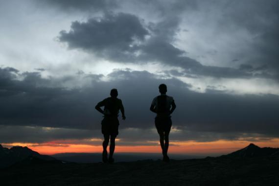 Un runner anónimo a la izquierda y su gregario a la derecha atreviesan el Engineer Pass en una puesta de sol en Ouray, Colorado (EEUU) el viernes 8 de julio de 2005. Participan en el primer día de la ultramaratón Hardrock 100.