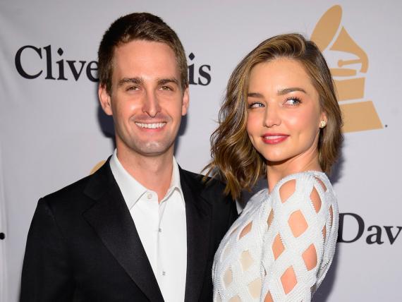 El cofundador y CEO de Snapchat Evan Spiegel, a la izquierda, junto a la modelo Miranda Kerr.