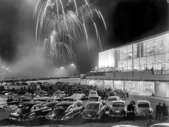 Fuegos artificiales durante la inauguración de Bon Marche en el centro comercial Northgate de Seattle (EE. UU.) el 30 de abril de 1950.