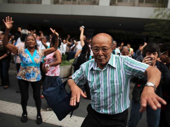 Un grupo de personas mayores y ancianos muestra su felicidad en una celebración