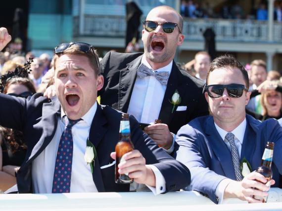 Hombres emocionados en una celebracion