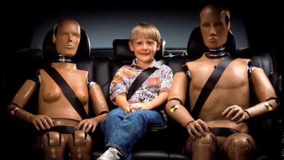 Los dummies y el cinturón de seguridad con elevador para el niño, desarrollos del automóvil