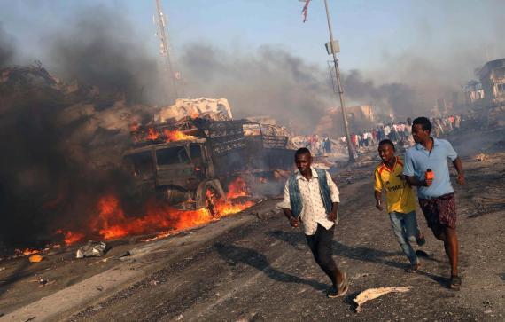 Civiles abandonan el área de una explosión en el distrito Hodan de Mogadiscio, Somalia, 14 de Octubre, 2017.
