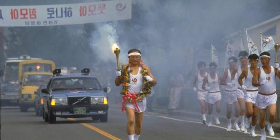 Un atleta de Corea del Sur porta la antorcha olímpica durante los Juegos Olímpicos de Corea de Sur en Seúl el 13 de septiembre de 1988.