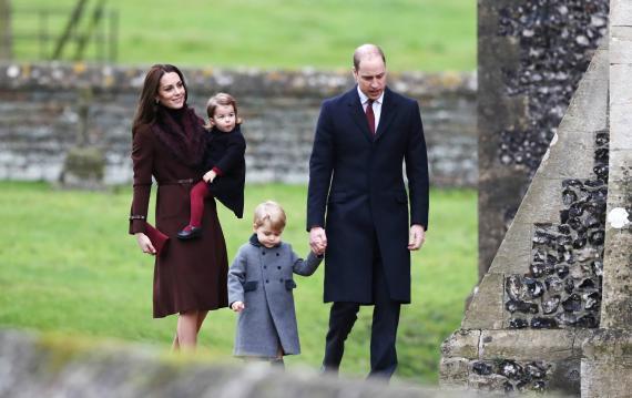 Los duques de Cambridge, Kate y Guillermo, con sus hijos Jorge y Carlota en la misa de Navidad de 2016