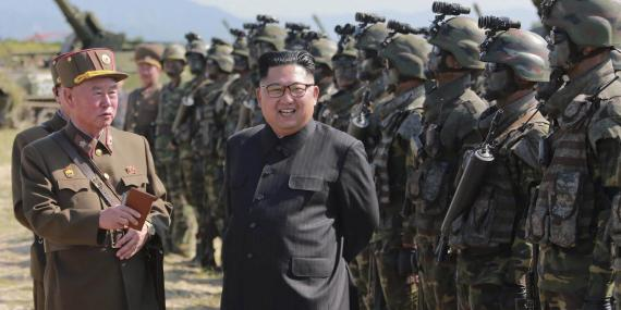 El líder de Corea del Norte Kim Jong pasa revista a las tropas en una fotografía sin datar facilitada por la agencia oficial del país KCNA en agosto de 2017