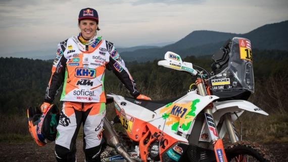 Laia Sanz junto a la moto con la que competirá en el Dakar 2018