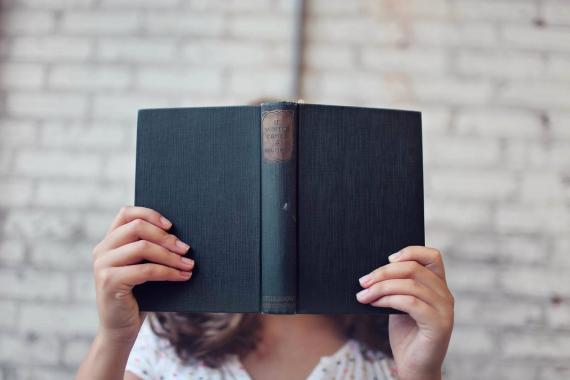 Una mujer se interesa por un libro.
