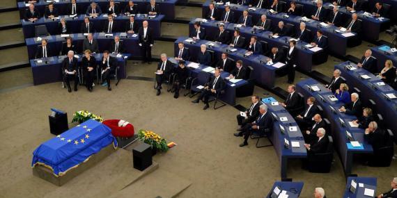 Los actuales líderes de Europa y sus predecesores además de otros dirigentes internacionales se reúnen en el Parlamento Europeo en Estrasburgo (Francia) durante el funeral del excanciller alemán Helmut Kohl el 1 de julio de 2017.