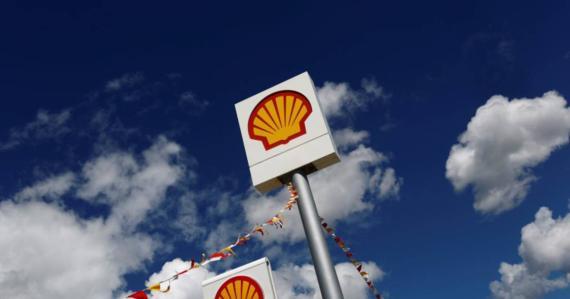 Logo de la compañía petrolera Shell en una gasolinera