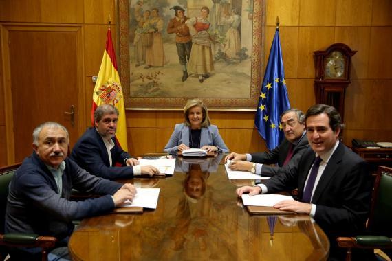 La ministra de empleo, Fátima Báñez, y representantes de sindicatos y patronales.