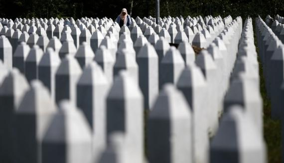 Una mujer entre lápidas en el memorial de Potocari, cerca de Srebrenica (Bosnia Herzegovina), el pasado mes de noviembre.