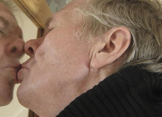 Narcisista besándose en el espejo