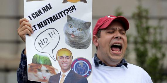 Protestas a favor de la neutralidad de la red y contra el plan del presidente de la FCC Ajit Pai en el exterior del American Enterprise Institute en mayo de 2017