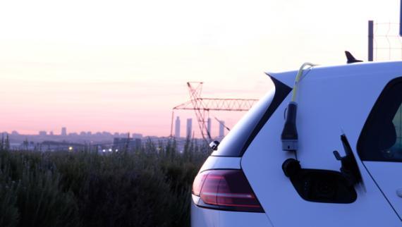 Recarga de un coche eléctrico en Madrid
