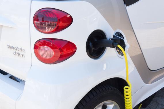 Recargando un coche eléctrico