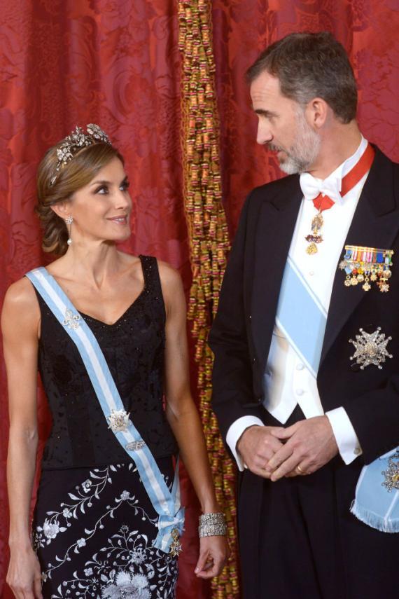 Los reyes Felipe y Letizia en una cena de gala celebrada en el Palacio Real de Madrid el 6 de noviembre de 2017.