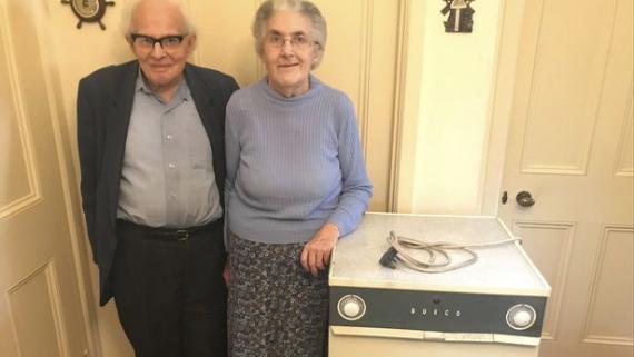Sydney y Rachel Saunders con su secadora de 54 años
