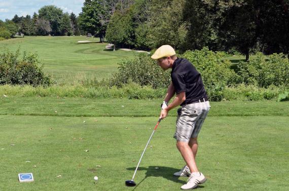 Zurdo jugando al Golf