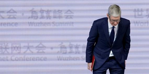 El CEO de apple, Tim Cook, se inclina durante la ceremonia de apertura de la cuarta conferencia mundial de internet en Wuzhen.