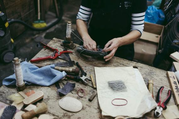 Un autónomo en su taller.