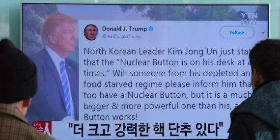 Varias personas ven en televisión un tuit de Trump durante un informativo sobre el conflicto nuclear entre Estados Unidos y Corea del Norte en una estación de tren de Seúl (Corea del Sur) el miércoles 3 de enero de 2018.