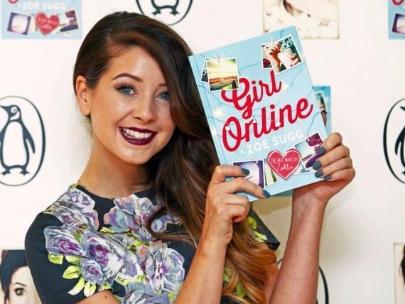 La youtuber y bloguera Zoe Sugg, más conocida como Zoella, posa durante la presentación de su primer libro 'Girl Online' el 24 de noviembre de 2014 en Londres.
