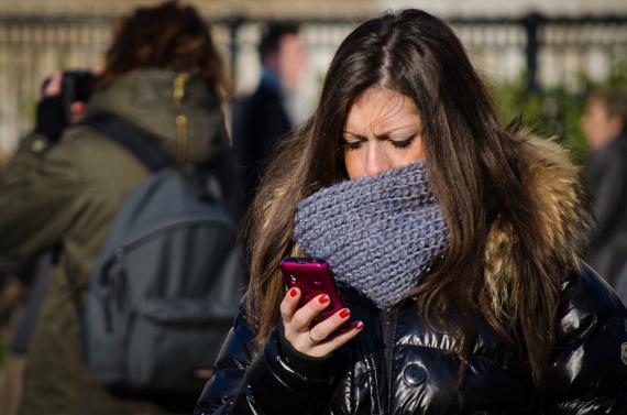 Chica mirando al móvil
