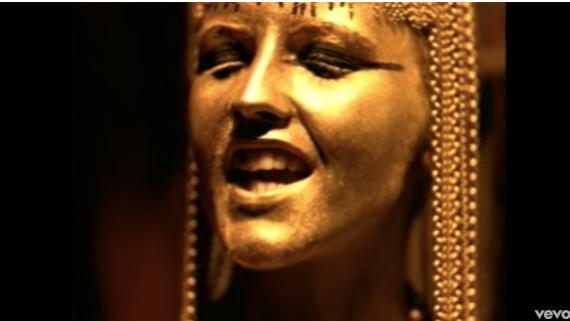 Dolores O'Riordan, de The Cranberries, en el videoclip de 'Zombie'.