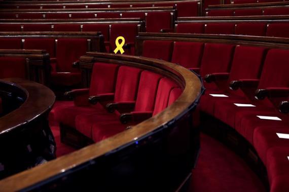 Un lazo amarillo sobre el escaño de Oriol Junqueras, líder de ERC en prisión, durante la constitución del parlamento de Cataluña la semana pasada.