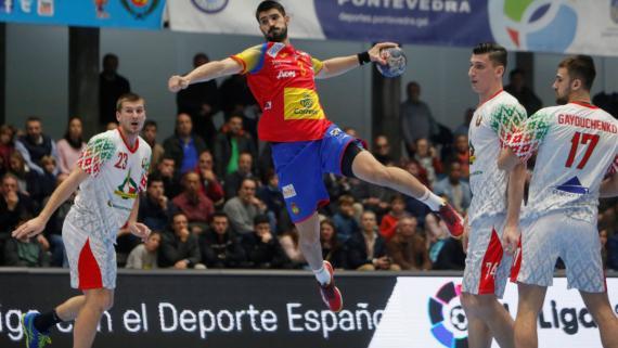 Gurbindo dispara a puerta, durante el Torneo Internacional Masculino Absoluto de Balonmano, Memorial Domingo Bárcenas