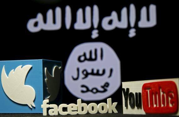 Una ilustración muestra los logos de varias compañías de internet frente a la bandera del Dáesh.