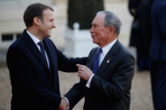 El presidente de Francia, Emmanuel Macron, da la bienvenida al enviado especial de las Naciones Unidas sobre el Cambio Climático, Michael Bloomberg, a su llegada al Palacio del Elíseo para un almuerzo el pasado diciembre.