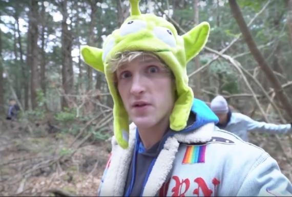 Logan Paul en su vídeo en Aokigahara (Japón) que ha retirado de YouTube.