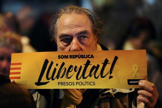Un hombre, en la concentración celebrada en Sant Vicente dels Horts el pasado jueves 4 de enero para pedir la libertad de Oriol Junqueras y del resto de políticos catalanes en prisión provisional.