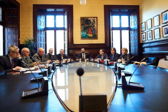 La Mesa del Parlament, reunida esta mañana para decidir sobre la delegación de voto de los diputados fugados fuera de España.