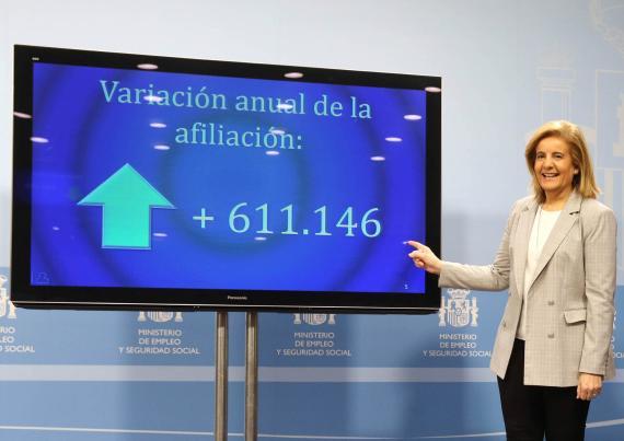 La ministra de empleo, Fátima Báñez, señala una pantalla con los datos de afiliación de diciembre de 2017.