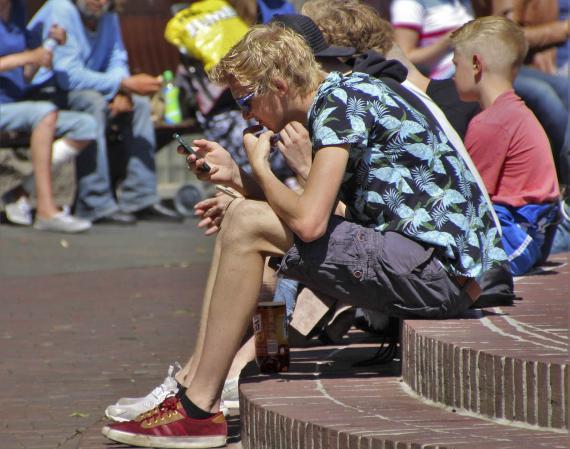 Mirando el móvil en la calle