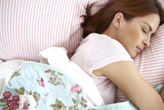Busca colocar tu cama opuesta a la pared de la que provenga más ruido.