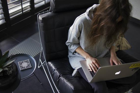 Una mujer trabaja con su ordenador.