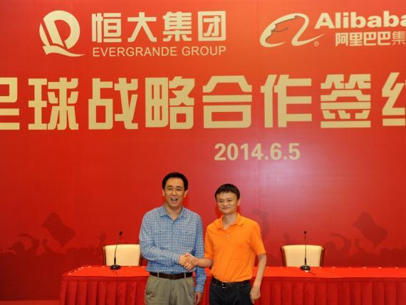 Jack Ma (derecha) compró en 2015 el 50% del Guanghzhoy Evergrande a través del Grupo Alibaba
