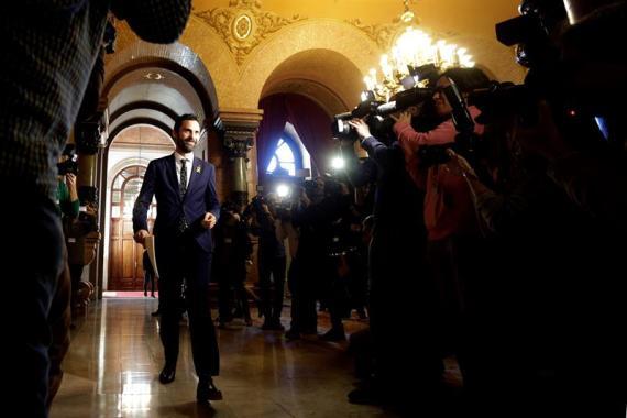 El nuevo presidente del Parlament, Roger Torrent, a su llegada la mañana del jueves 18 de enero a la primera reunión de la Mesa de la cámara catalana de la XII legislatura.